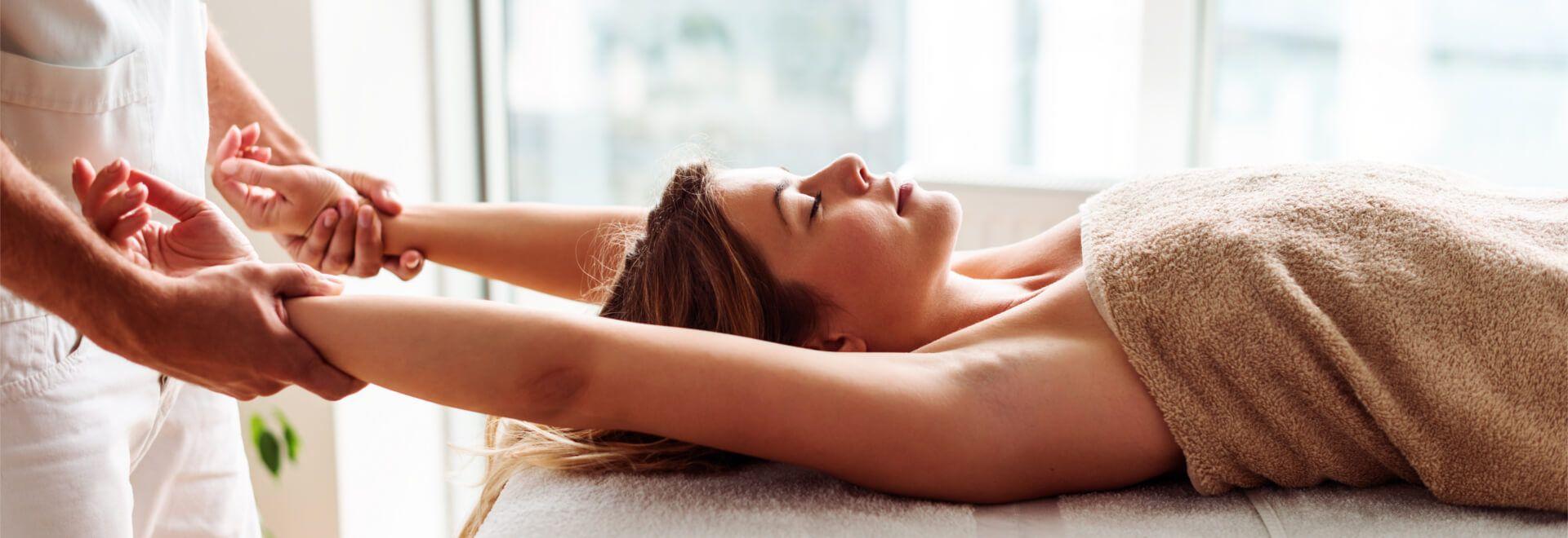 die Arm-und Handmassage aus der Rückenlage erproben