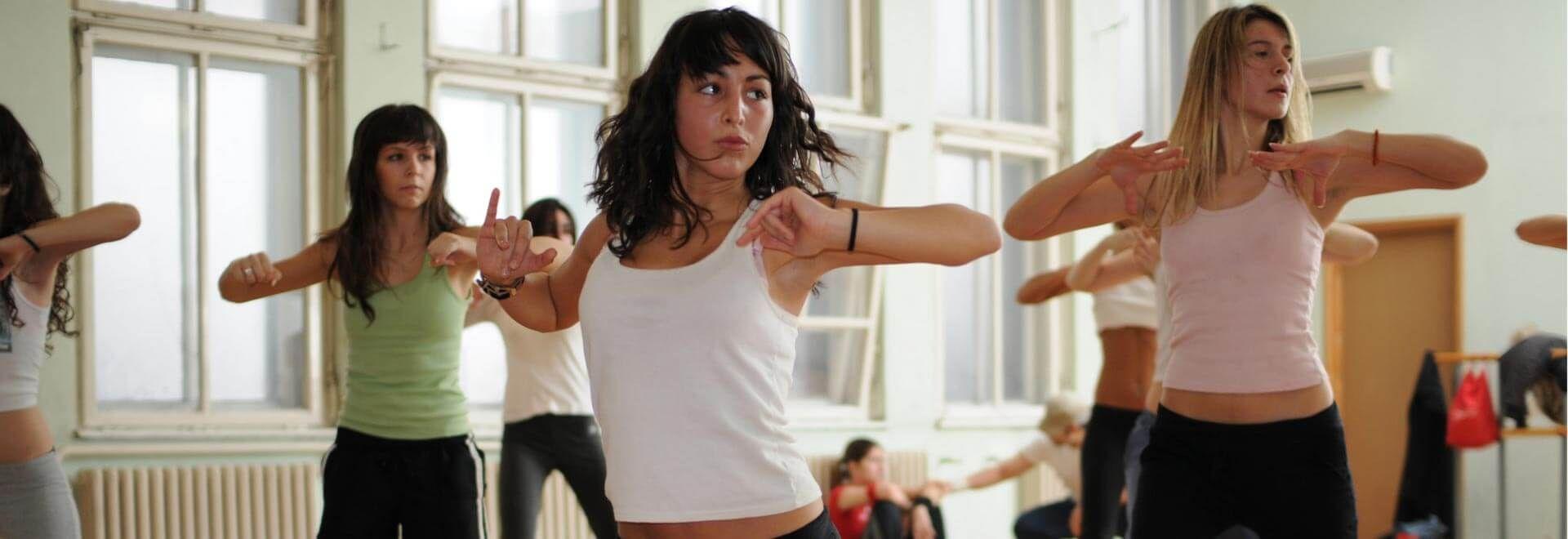 Junge Frauen erlernen eine Choreografie