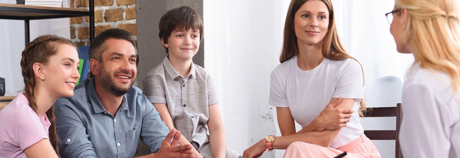 Gesundheitsberatung eine Familie sitzt zusammen mit einem Gesundheitsberater/in & Präventionscoach