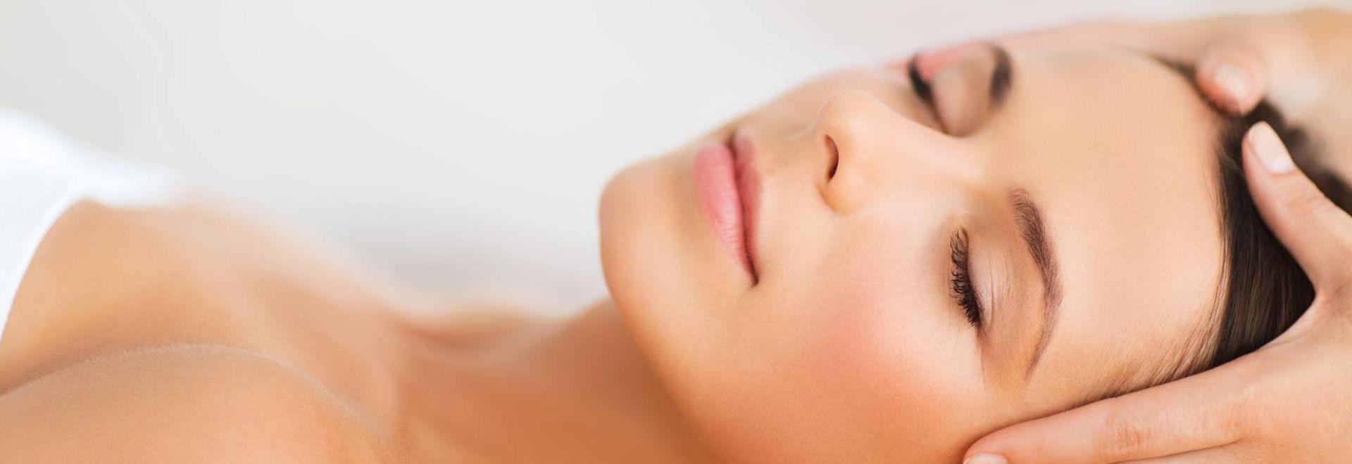 Klient bei der Anwendung einer kosmetischen Lymphdrainage