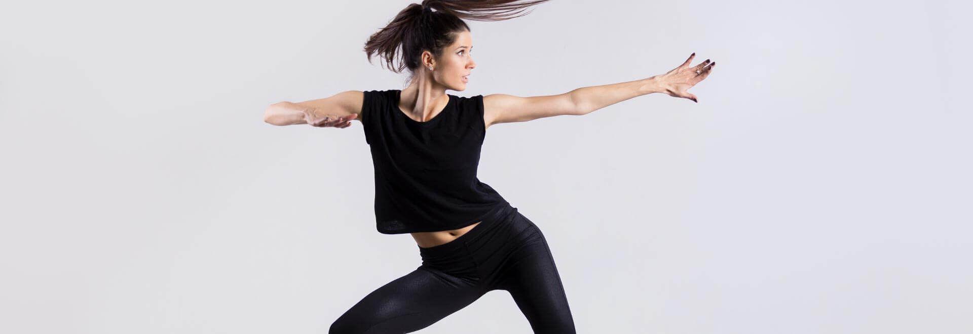 eine Frau führt grazile Bewegungen aus