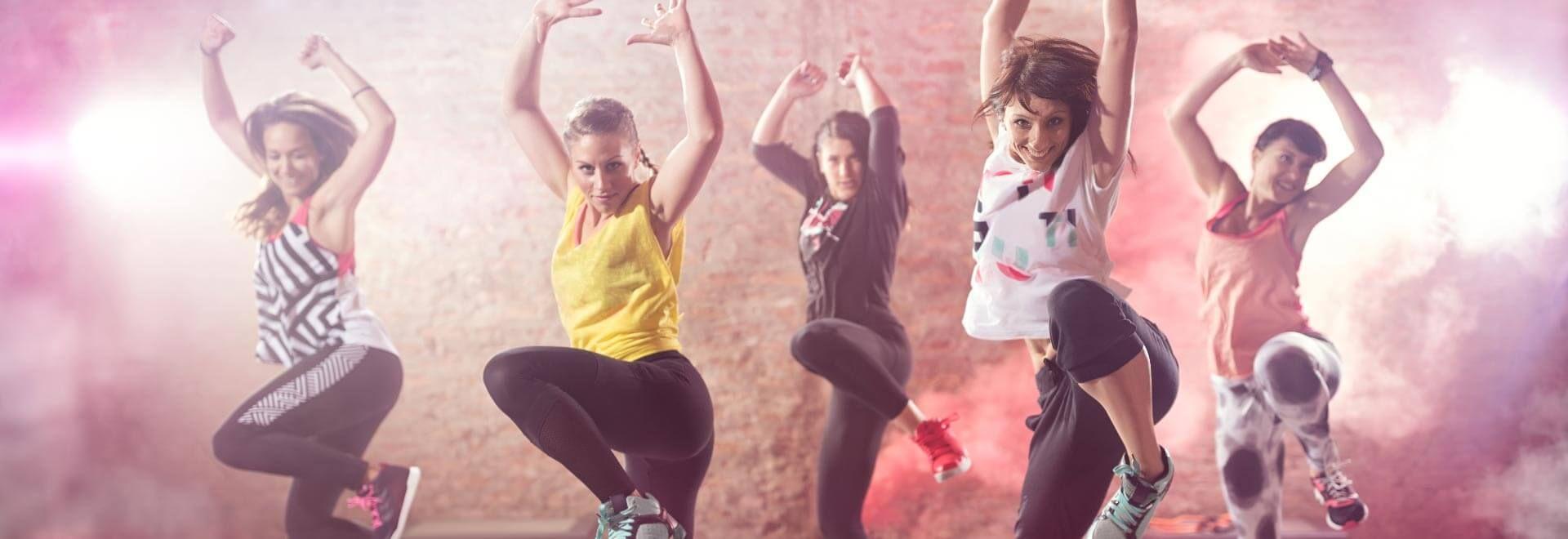 Fünf junge Frauen tanzen Hip-Hop