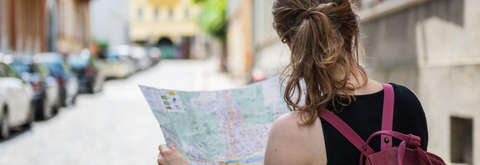 Frau sucht auf der Karte nach dem Weg